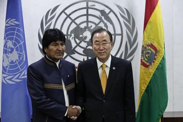 Evo Morales saludando al secretario general de las Naciones Unidas Ban ki-moon en la sede de la ONU en Nueva York.
