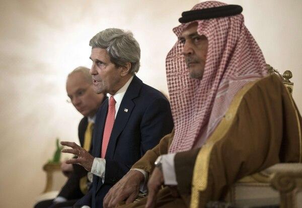 El príncipe Saud al-Faisal bin Abdulaziz al-Saud, ministro de Asuntos Exteriores de Arabia Saudí, escucha al secretario de Estado de EE.UU., John Kerry, en una conferencia de prensa en Riyadh. Kerry realizó una visita veloz a Arabia Saudí y a Jordania para buscar apoyo a su plan de paz entre Israel y Palestina