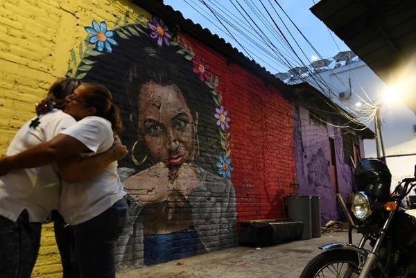 Un grupo de jóvenes pinta grafitis artísticos en paredes donde antes estaban símbolos relacionados con las pandillas.