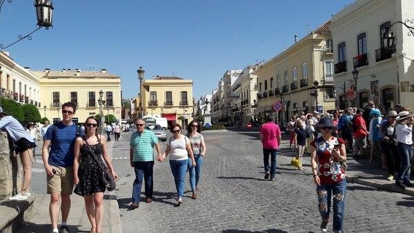 Turistas recorrían -a finales de mayo del 2017- una calle cerca del Puente Nuevo, en la ciudad de Ronda, Andalucía