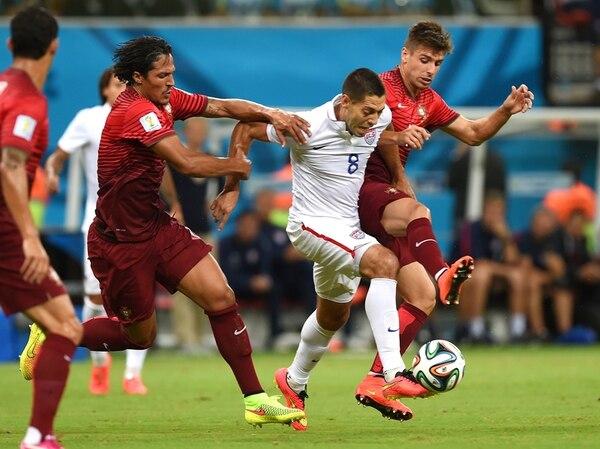 El luchador delantero Clint Dempsey (8), anotador del segundo gol estadounidense, batalla la bola entre la débil defensa de Portugal. | AP