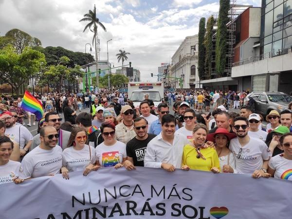 El presidente de la República, Carlos Alvarado y la primera dama, Claudia Dobles, se incorporaron a la delegación gubernamental en la Marcha de la Diversidad. Fotografía: Presidencia