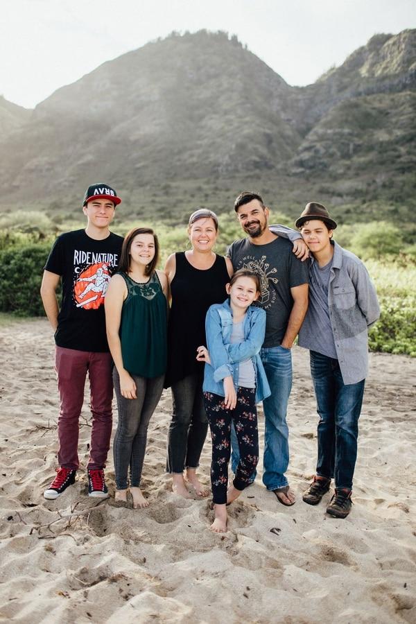 Kevin Carrillo Quesada, su esposa Amber y sus hijos Israel, Isabela, Iliana e Isaiah (de izq. a der.). Ellos viven en Oahu.