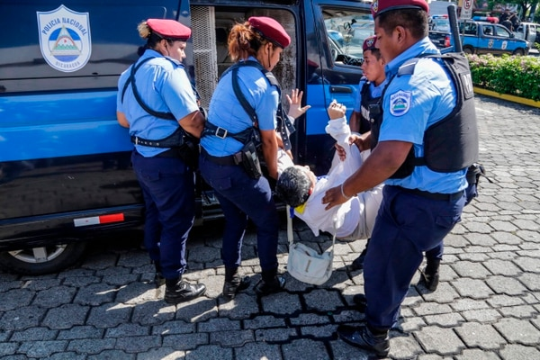People is arrested by riot police during a protest against the government of President Daniel Ortega in Managua, on October 14, 2018. (Photo by INTI OCON / AFP)