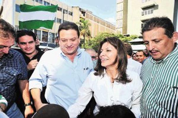 El alcalde Johnny Araya y el exdiputado Mario Álvarez acompañaron a Chinchilla en una caminanta por la avenida central josefina. | JORGE CASTILLO
