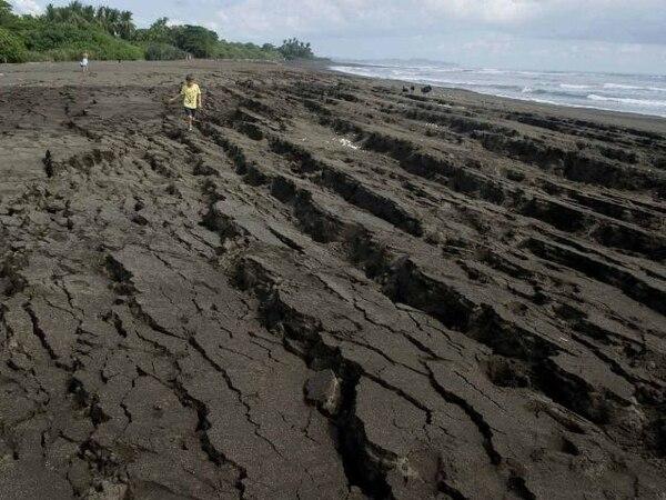 En playa Ostional, en Cuajiniquil de Santa Cruz, Guancaste, se produjeron grietas de hasta metro y medio en la arena luego del movimiento telúrico de las 8:42 a. m. | ALONSO TENORIO.