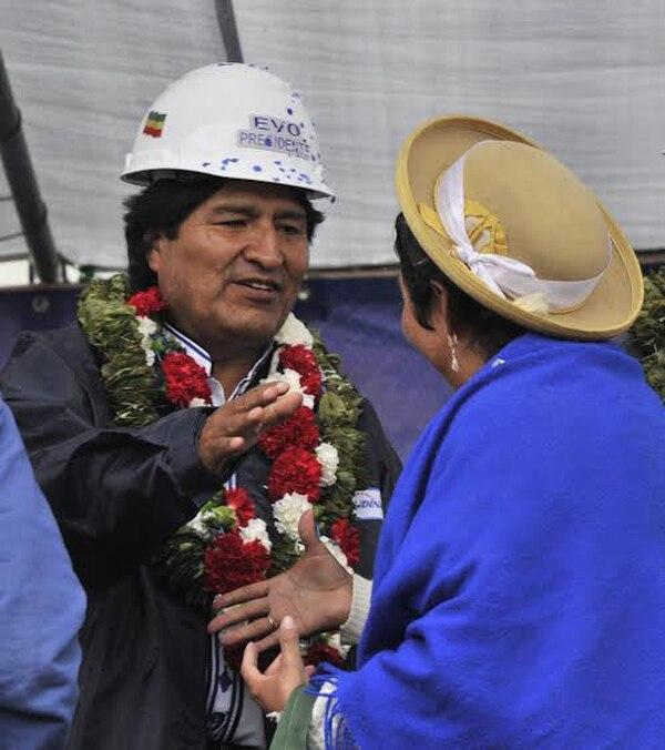 El presidente Evo Morales saluda a una indígena quechua en la localidad de Yacuiba, Bolivia. | AFP