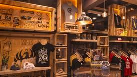 Cerveceras potencian sus marcas con venta de 'souvenirs' y apertura de 'pubs'