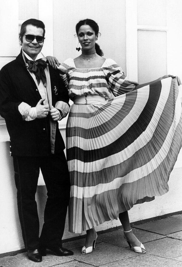 El diseñador Karl Lagerfeld presenta una de sus creaciones para la colección 'Chloe', en el año 1977. Fotografía: Werner Baum / AFP