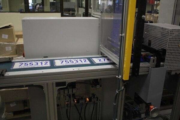 Las máquinas que tiene el Registro Nacional para hacer las nuevas placas, pueden producir hasta 700 unidades por hora. | REGISTRO NACIONAL PARA LN