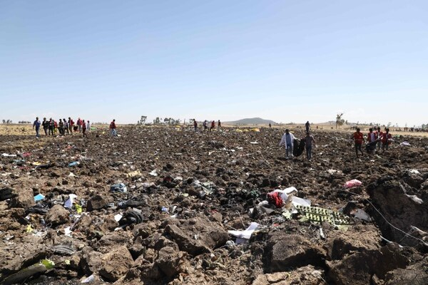 Cuerpos de rescate etíopes trabajaban en la recuperación de los cadáveres en el lugar donde se estrelló el Boeing 737 MAX de Ethiopian Airlines, el 10 de marzo del 2019. AFP