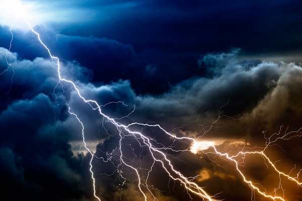 El rayo es una serie de procesos eléctricos continuos o descargas eléctricas dentro de las nubes de lluvia o nubes de tormenta.