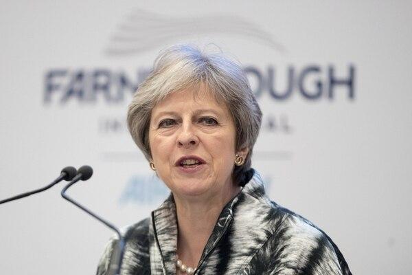 La primera ministra británica, Theresa May, pronuncia un discurso mientras abre el Farnborough Airshow, al suroeste de Londres. Foto: Getty Images