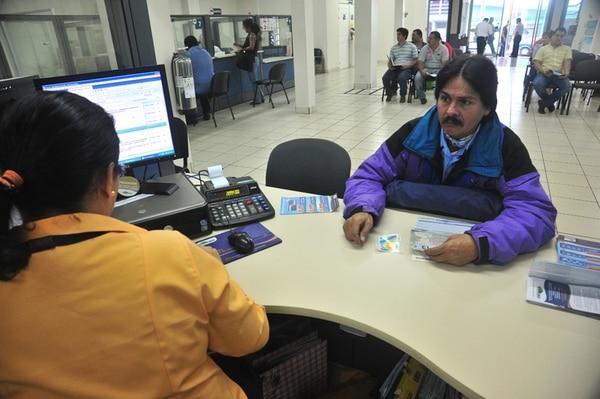 El plus salarial por la venta de nuevos seguros se creó en 2011. Jaime Chaves realiza un trámite en la agencia del INS en Tibás. | RAFAEL PACHECO