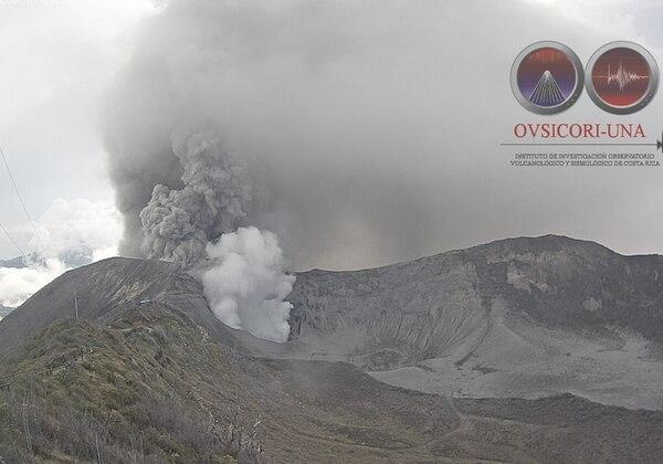 La mayor parte de este martes el cráter del volcán Turrialba ha estado nublado. A las 3:12 p. m. se pudo observar la constante expulsión de ceniza, pero a una altura menor que ayer.