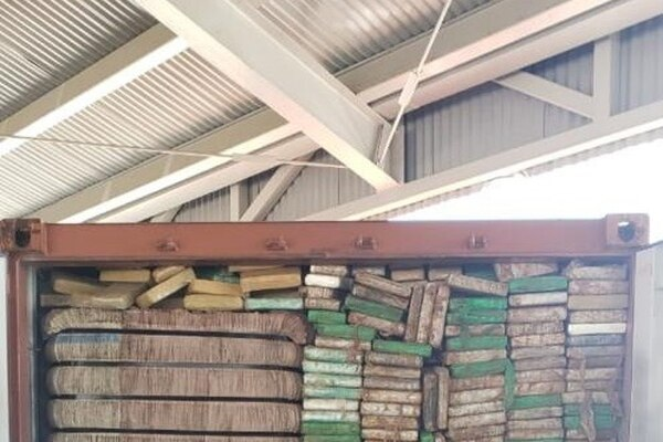 Los paquetes de cocaína iban ocultos entre la carga de lana industrial, que tenía como destino final Alemania. Foto: MSP