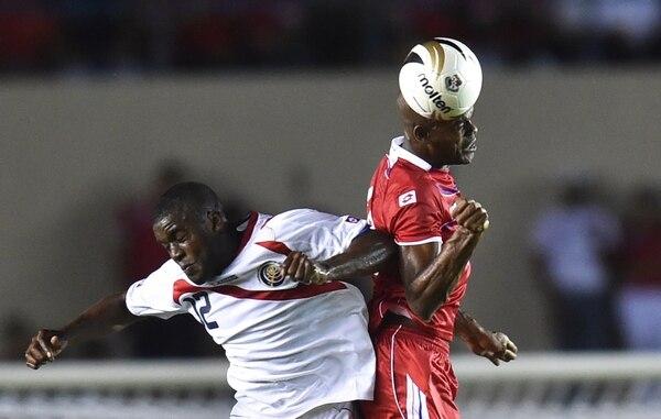 El panameño Adolfo Machado (de rojo) le ganó un balón aéreo a Joel Campbell.