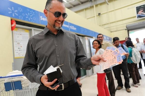 Entusiasmado. Allan Jiménez fue el primero en adquirir las entradas para ver a McCartney, ayer en Servimás de Walmart Guadalupe. Luis Navarro.