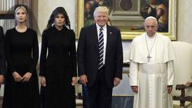 Papa Francisco pide a Donald Trump que trabaje por la paz