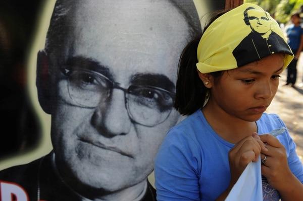 En el 2008, una niña participó en una misa durante el 28.° aniversario del asesinato de monseñor Romero en una capilla de San Salvador. | AFP