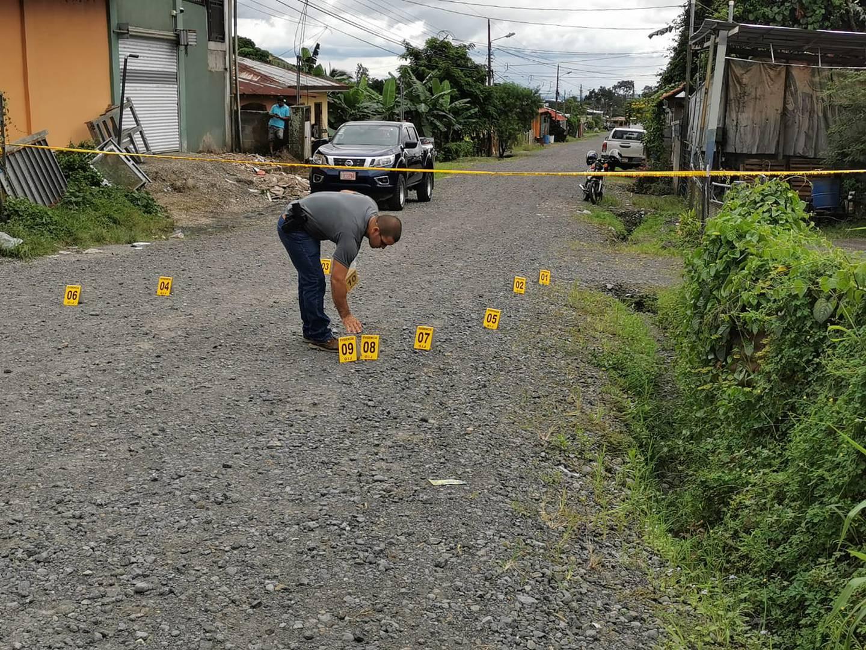 Poco antes de las 3 p. m. los agentes del OIJ llegaron al sitio de la balacera y entre las piedras de una calle de lastre encontraron más de 16 indicios balísticos. Foto: Reiner Montero.