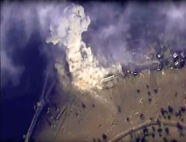 Expertos del Ministerio de Emergencias de Rusia trabajan en el lugar del accidente aéreo en Hassana, península del Sinaí, Egipto.