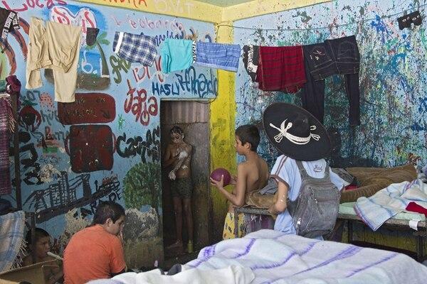 Uno de los cuartos dentro del hogar infantil La Gran Familia, donde en la noche del lunes a martes fueron rescatadas 596 personas, incluidos 458 niños, en la ciudad de Zamora, estado de Michoacán. | AFP