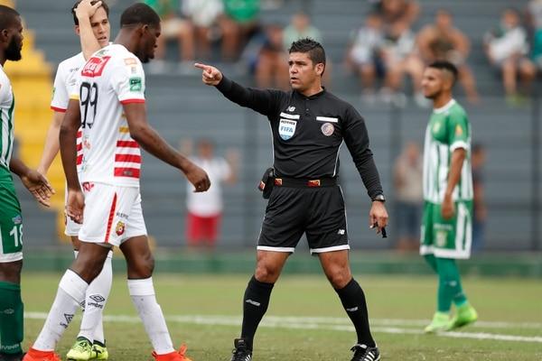 El central Hugo Cruz gira instrucciones, en un duelo disputado entre Herediano y Limón. Fotografía: José Cordero.