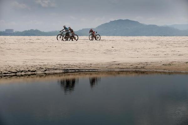 Al paso por playa Conchal los pedalistas sufrían por el embate de la alta temperatura, rumbo a la meta en Tamarindo, Santa Cruz.