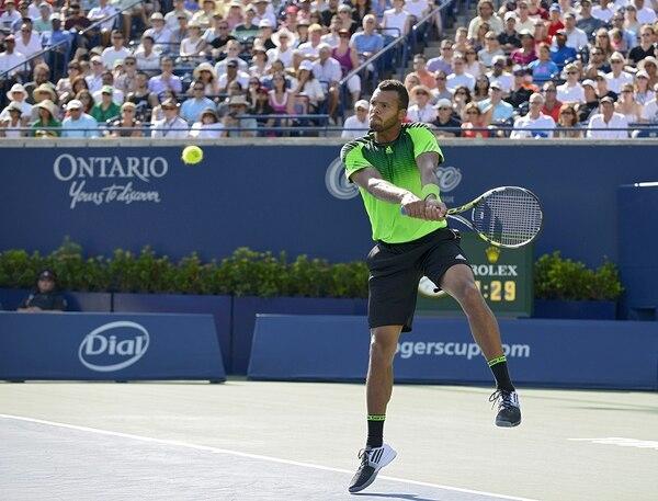 Jo-Wilfried Tsonga le devuelve un servicio a Roger Federer, en la final del Másters 1000 de Toronto.