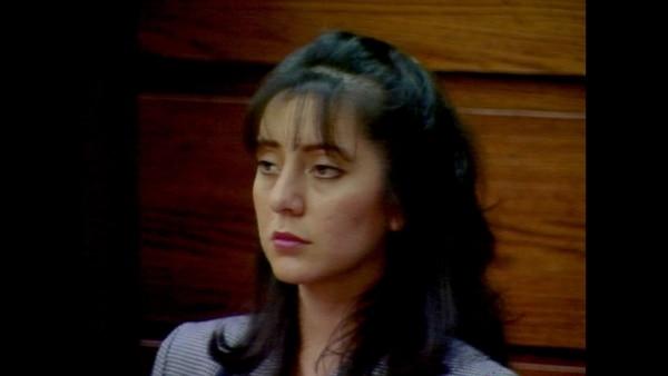 El juicio fue transmitido a todo el mundo. Ahí, Lorena contaba cómo su esposo la violaba y maltrataba casi a diario. La ecuatoriana de 23 años se convirtió en una celebridad cuando consumida por la desesperación, le corta el pene a su esposo en 1993. Foto: Amazon Prime