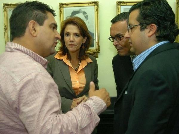 Danilo Cubero (izquierda), del Libertario, y Juan Carlos Mendoza (derecha), del PAC, defendieron las mociones presentadas. Aquí, en una conversación con Viviana Martín (PLN) y Víctor Emilio Granados (PASE). Archivo