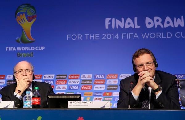 Joseph Blatter (izq.) presidente de la FIFA junto al secretario general Jerome Valcke durante una conferencia en Brasil ante del sorteo del Mundial.