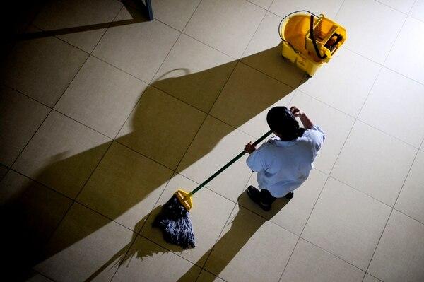 Una conserje en un ministerio pueda ganar ¢390.000 al cabo de 20 años de laborar, mientras que en el UCR el salario supera los ¢760.000. | MARCELA BERTOZZI/ARCHIVO