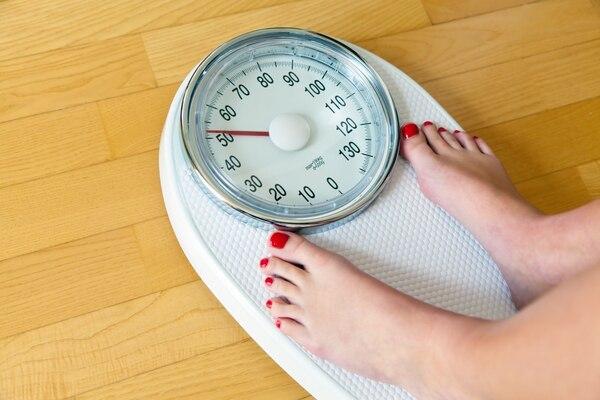 ¿Estar de pie ayuda a perder peso?