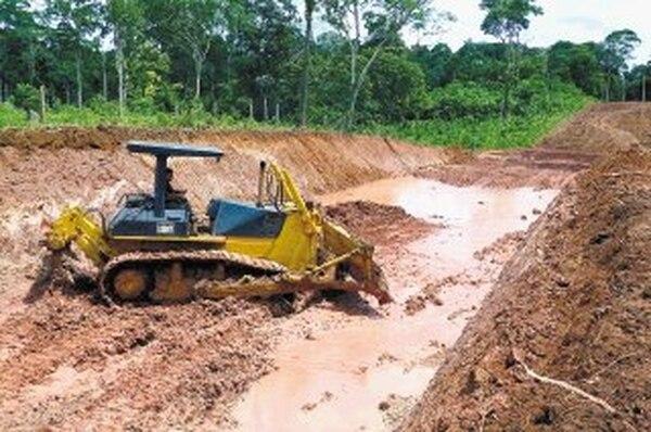 La Presidencia sostiene que su obligación es 'sacar bien' el proyecto de la trocha fronteriza. En junio pasado esta maquinaria trabajaba en el trayecto entre Las Delicias de Aguas Zarcas y Los Chiles. | CARLOS HERNÁNDEZ/ARCHIVO LN