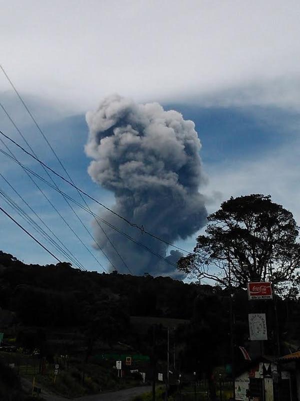 Desde La Pastora, el volcán se veía con una fuerte columna de gases la tarde de este lunes.