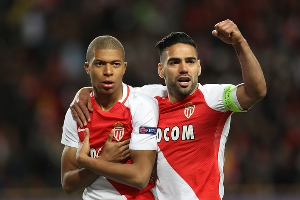 Kylian Mbappe (izquierda) y Radamel Falcao celebraron uno de los goles del Mónaco ante el Borussia Dortmund.
