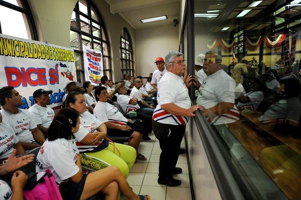 Durante más de dos meses, decenas de habitantes de la zona fronteriza con Panamá han llegado a la barra de público del Congreso todos los días, para pedir la aprobación del derecho de titulación de tierras.   MELISSA FERNÁNDEZ