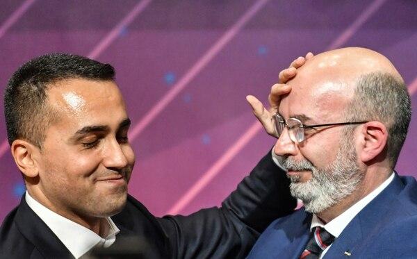 Luigi di Maio (izquierda) y su sucesor en la jefatura del Movimiento 5 Estrellas (M5E), el senador Vito Crimi, este miércoles 22 de enero del 2020 en Roma.