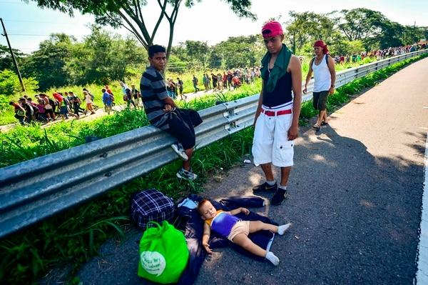 Un bebé migrante descansa en la carretera que une Ciudad Hidalgo con Tapachula, en el estado de Chiapas, México. Foto: AFP.