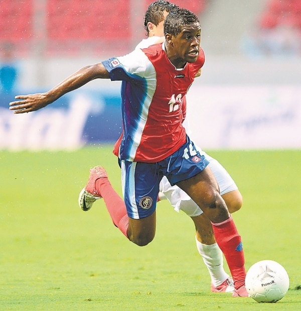 Joel Campbell disputó 45 minutos en la goleada que sufrió su equipo 4-1 ante el Hoffenheim de Alemania.   ARCHIVO
