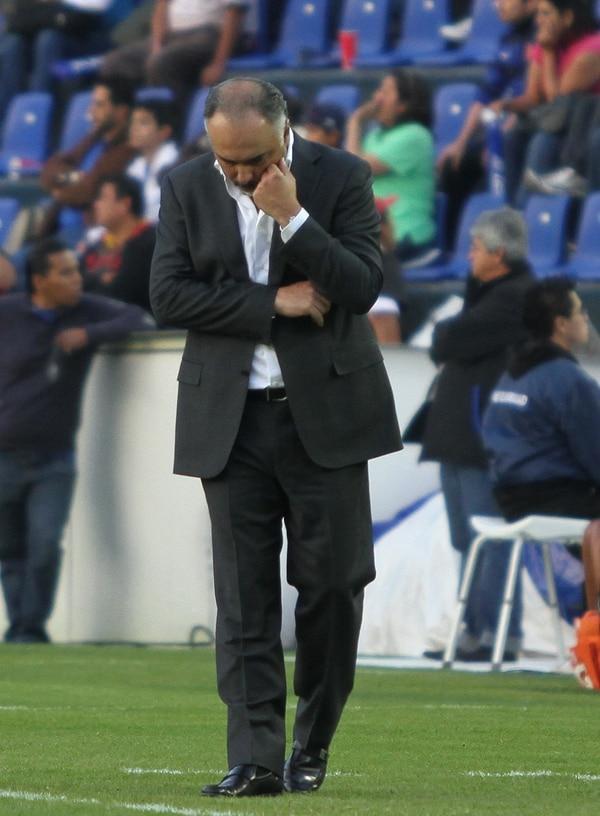 Guillermo Vázquez se mostró pensativo durante el partido entre Cruz Azul y Toluca.
