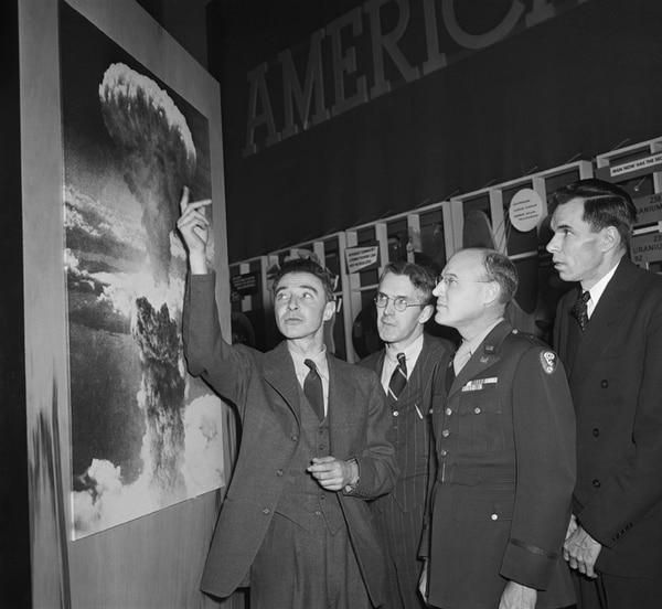 El 26 de febrero de 1946,Robert Oppenheimer (izquierda), le explicó a un grupo de científicos el impacto que tuvo la bomba atómica en Hiroshima, Japón. | LATINSTOCK/CORBIS PARA TELEGUÍA