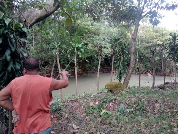 Carlos Guerrero Blandón, vecino de urbanización Jiménez, muestra el nivel alto de la laguna que se formó donde antes era el cauce normal del río.
