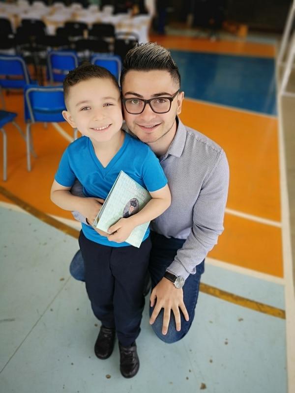 Fabián y su hijo Esteban, por quien dice quiere ser mejor persona y profesional cada día. Foto: FM para LN