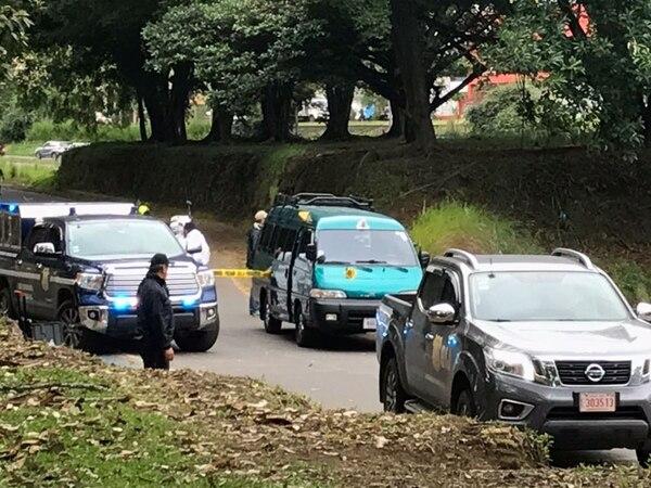 Dos cuerpos aparecieron dentro de una microbús en La Sabana. Foto: Alonso Tenorio