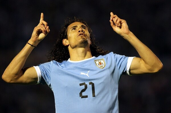 Edinson Cavani celebra el gol que le dio los tres puntos a Uruguay sobre Argentina