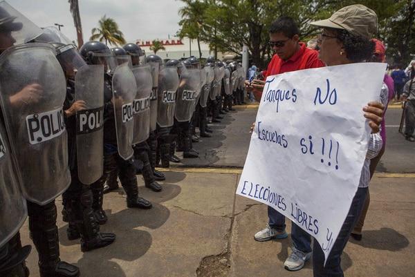 Varias personas participan en una manifestación contra la compra de material bélico a Rusia, en Managua (Nicaragua). La Coalición Nacional por la Democracia, que encabeza el Partido Liberal Independiente (PLI), principal de oposición de Nicaragua, criticó al Gobierno del sandinista Daniel Ortega por comprar armamento bélico a Rusia.