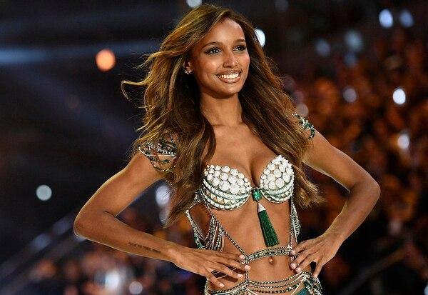 Jasmine Tookes usó un Fantasy Bra elaborado con diamantes, en 2016. El costo de la prenda, que se mostró en el Victoria's Secret Fashion Show, es de $3 millones. Foto: AFP